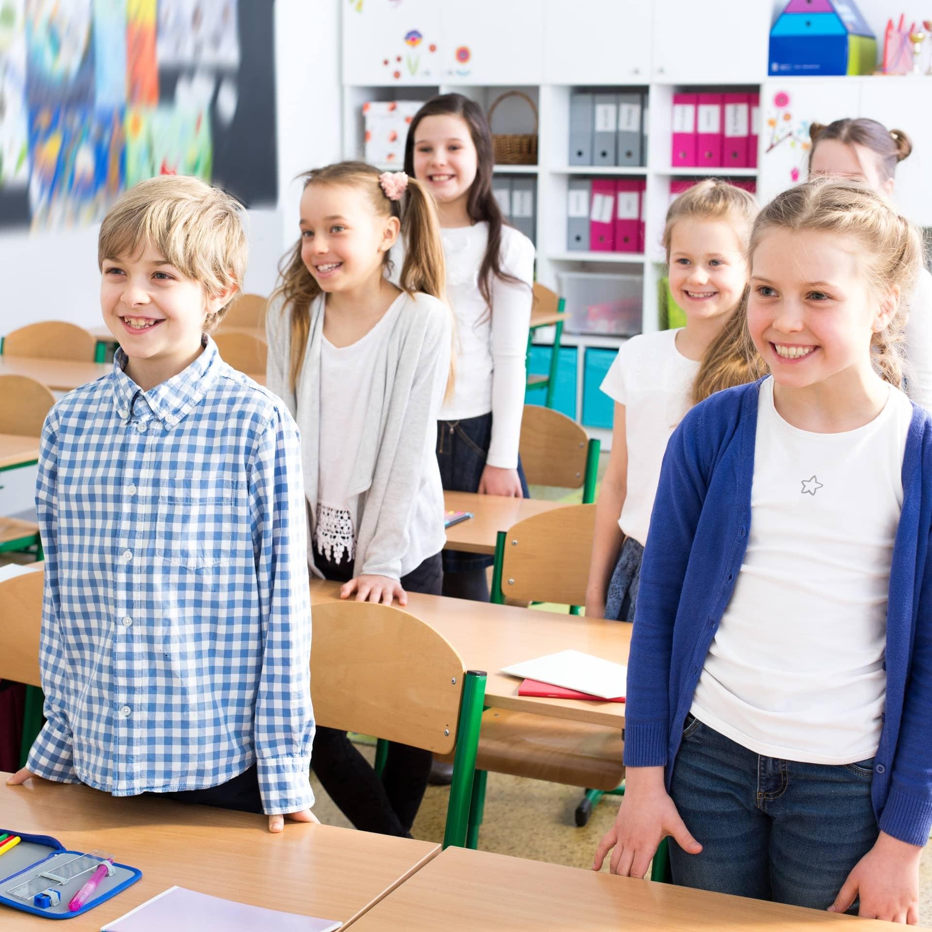 Enfants debout dans une classe
