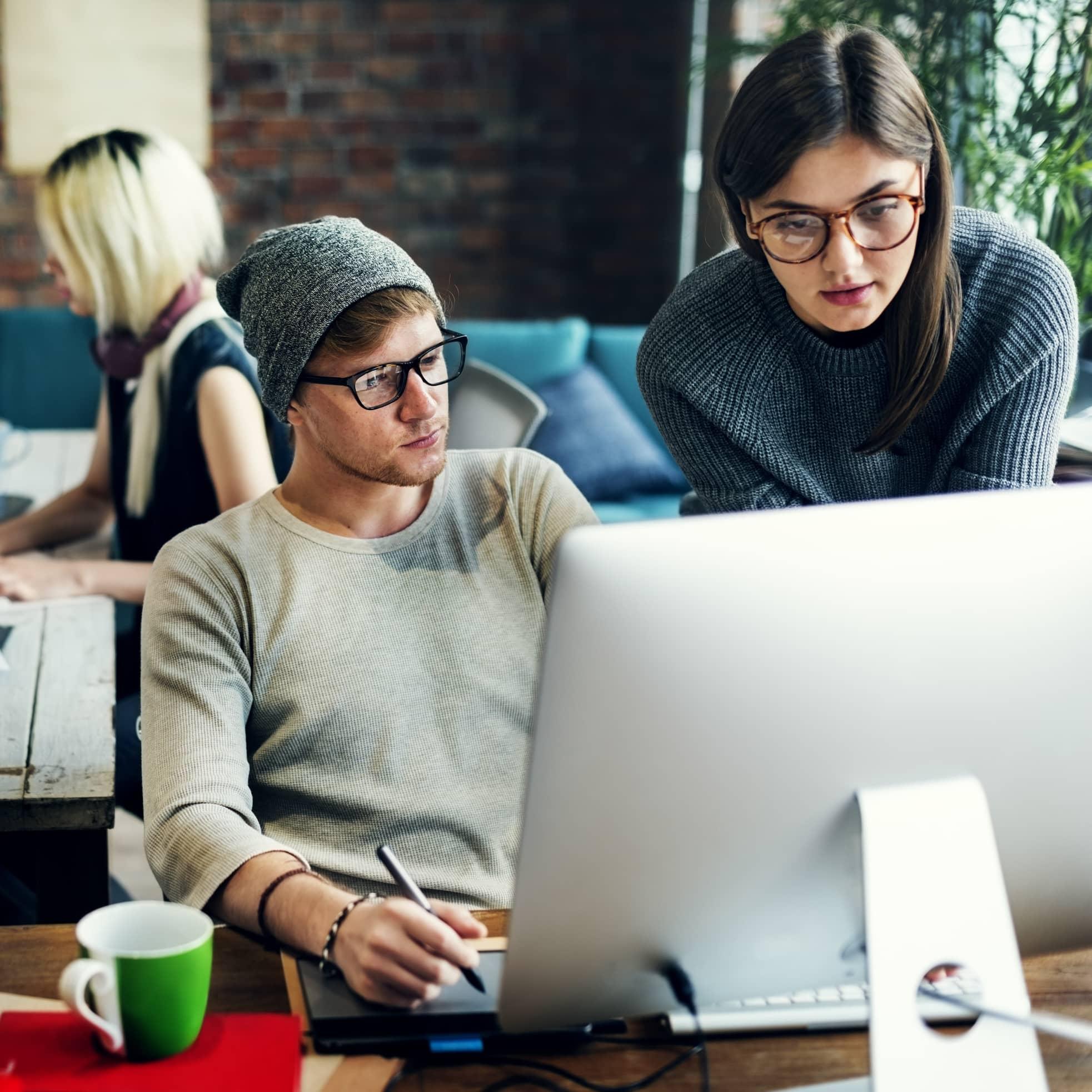 Étudiants sur l'ordinateur