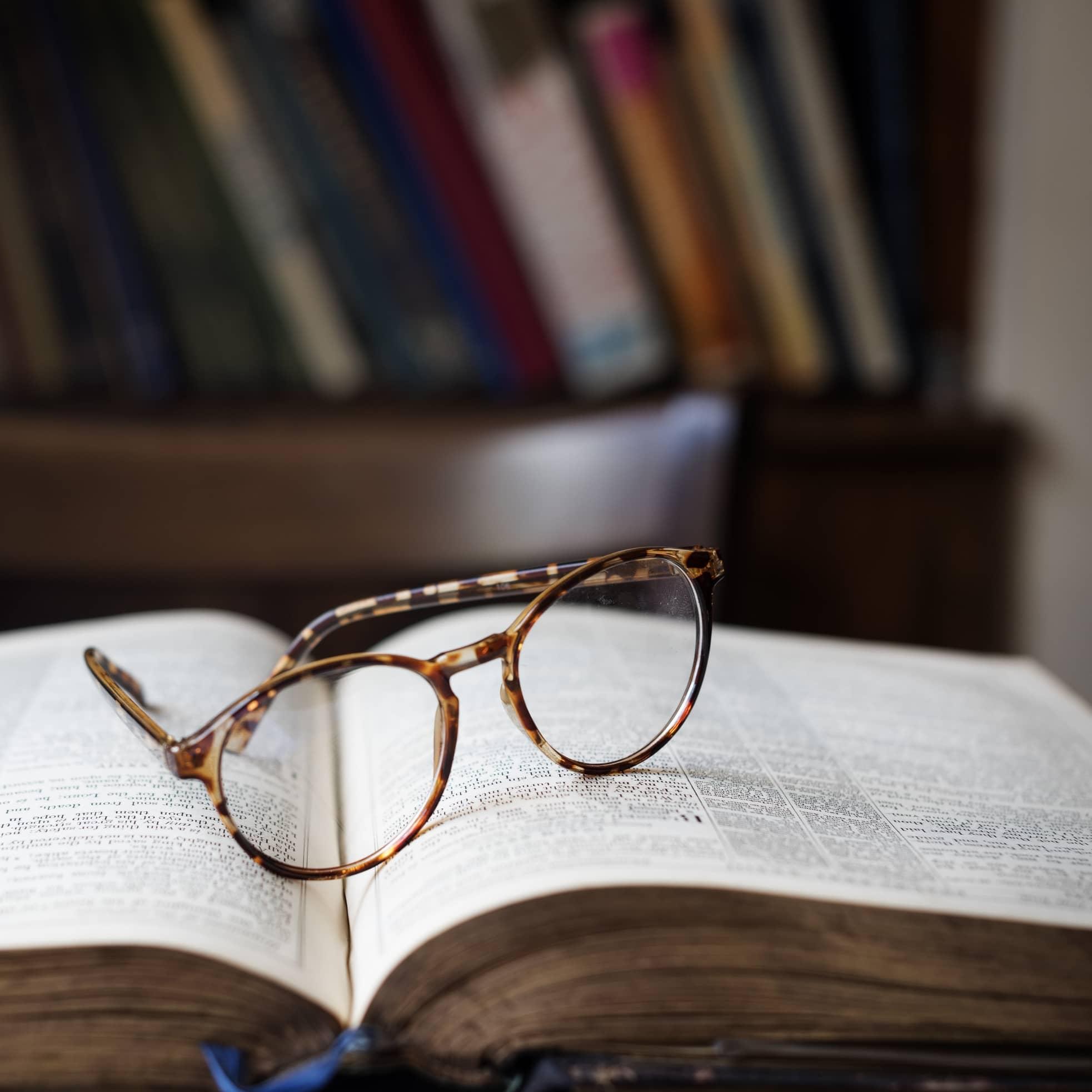 Lunettes posées sur un livre