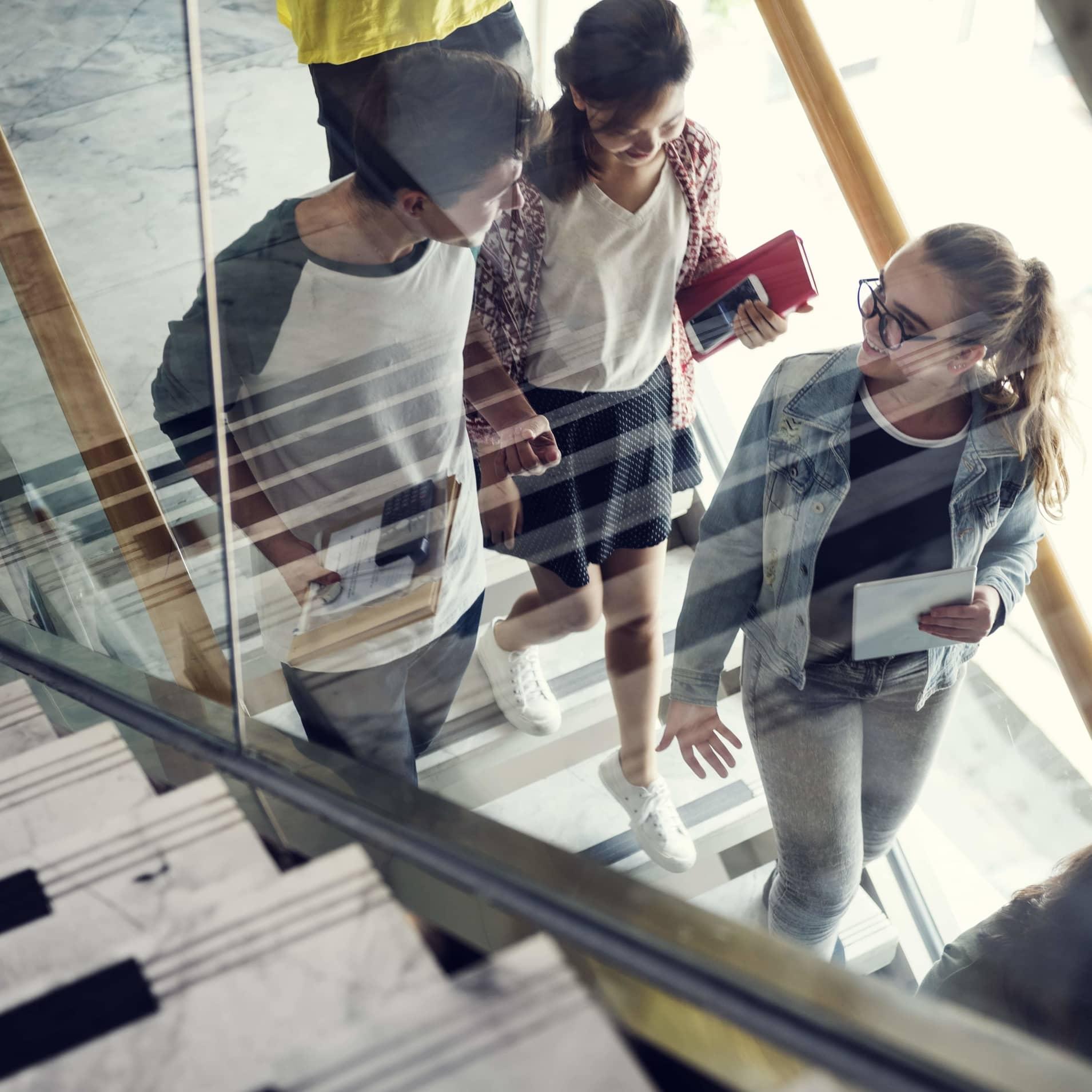 Étudiants qui montent les escaliers
